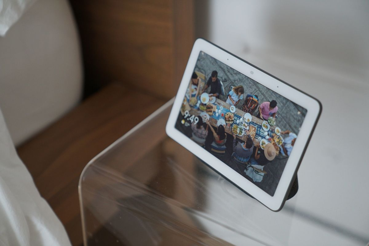 google's-mysterious-fuchsia-os-makes-its-public-debut-on-the-first-gen-nest-hub